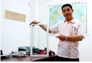 顶立总经理王志明手持隔音窗产品展示图