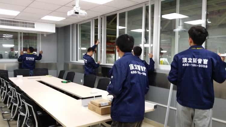 (图01:顶立工程人员为福特公司现场安装澳门金沙城网站窗实拍)